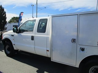2002 Ford F250 XL Super Cab White 5 Speed Manual Cab Chassis.