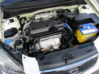 2009 Kia Rio White 5 Speed Manual Hatchback