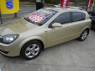 2005 Holden Astra AH MY05 CDX Gold 5 Speed Manual Hatchback.